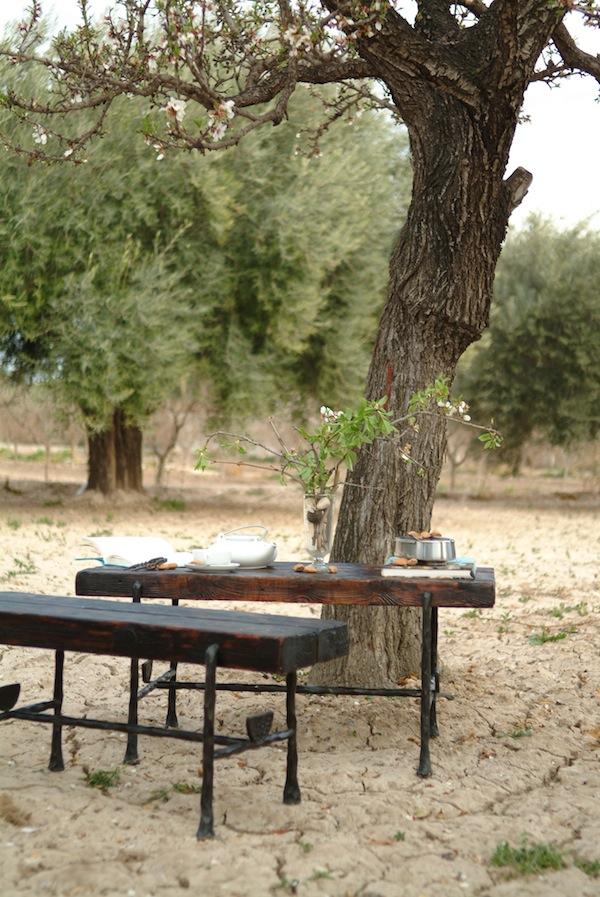 mesa auxiliar de hierro y madera