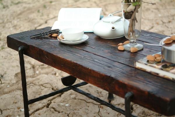 mesa auxiliar de hierro forjado y madera antigua de pino
