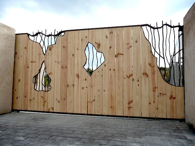 portón corredizo automatico de hierro forjado y madera, Alicante, Costa Blanca,