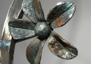 """cabezal """"flor"""", de hierro forjado"""