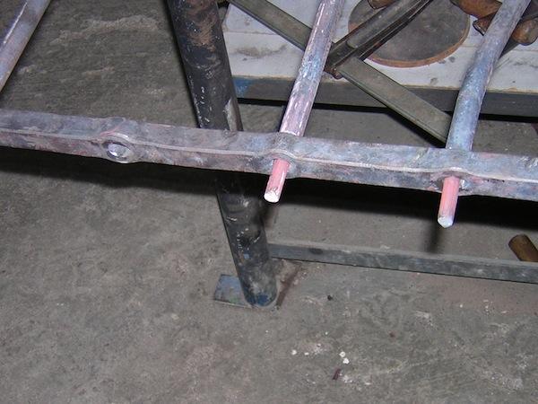 técnicas de forja, agujero pasante de una reja y remachado de los barotes