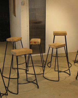 taburetes en hierro con asiento de madera de pino